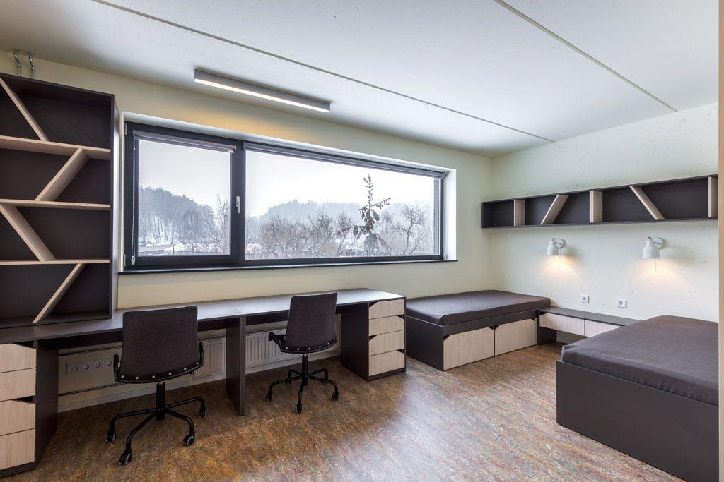 """Kambariuose suprojektuotos miegamojo, pamokų ruošimo, kūrybinės zonos. PST ir """"Vilniaus architektūros studijos"""" nuotr."""
