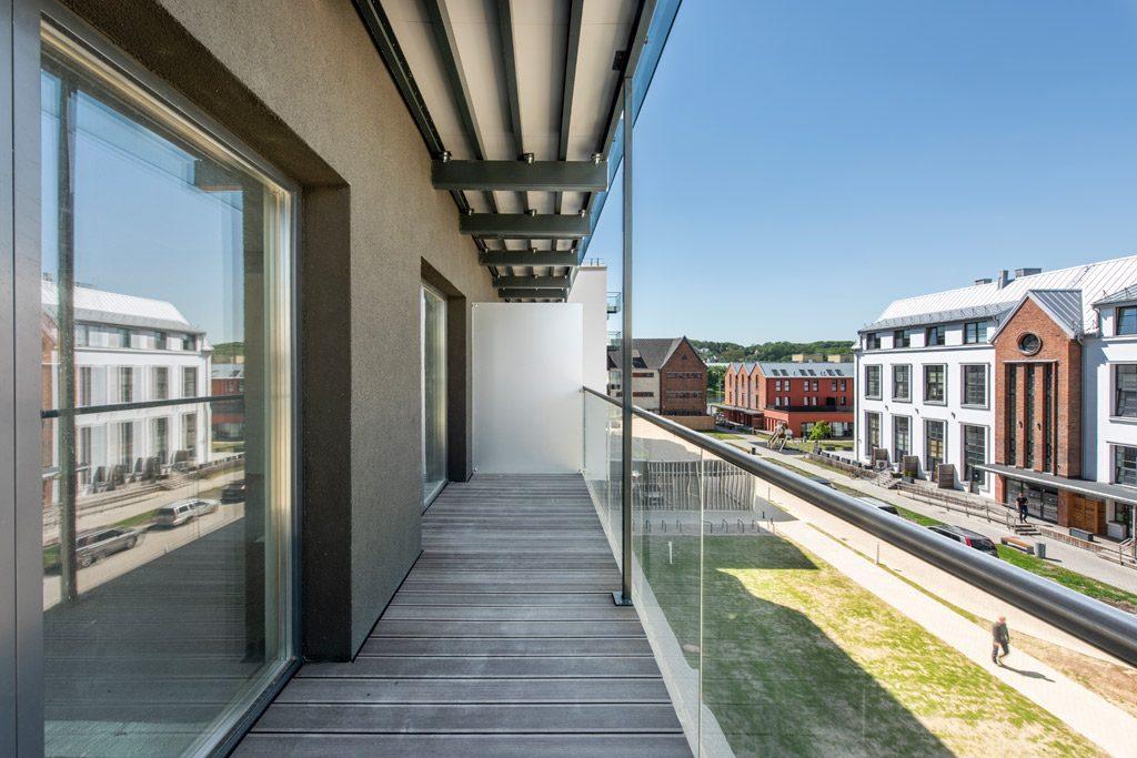 Į vidinį kiemą orientuotuose aukštuose buvo įrengti nedideli butai su terasomis, viršutiniuose – studijos su balkonais.