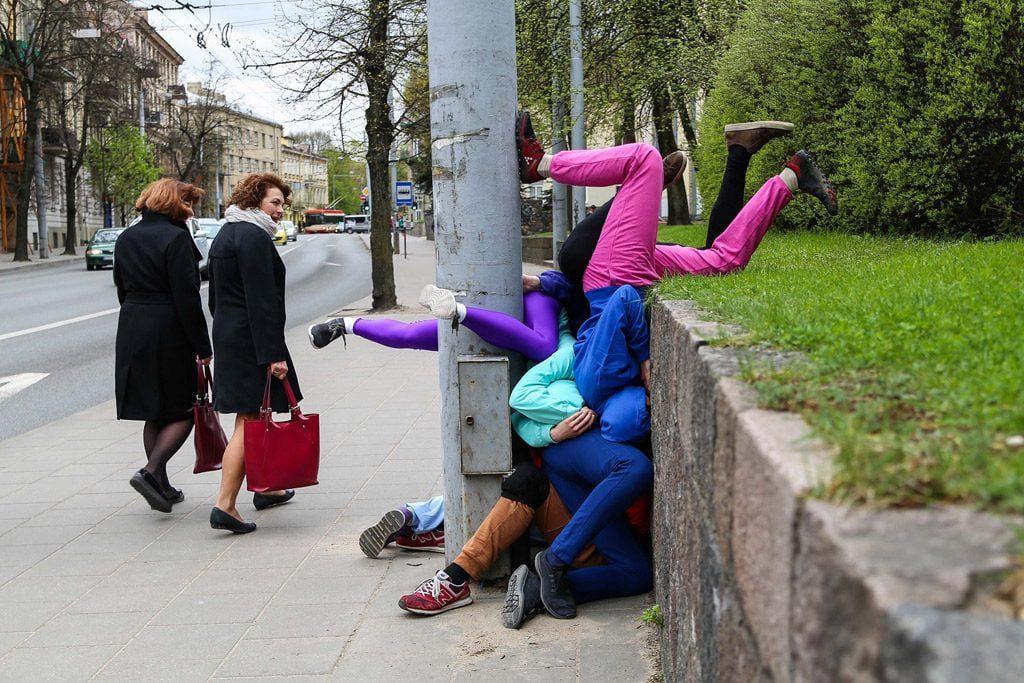 """Austrų choreografo Willio Dornerio performansas """"Bodies in Urban Spaces"""" (liet. """"Kūnai miesto erdvėse""""). Svajūno Stroino nuotr."""
