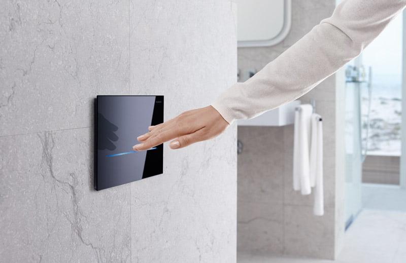 """Bekontaktis vandens nuleidimo mygtukas """"Sigma 80"""" – vanduo nuleidžiamas automatiškai pamojus prie klavišo ranka."""