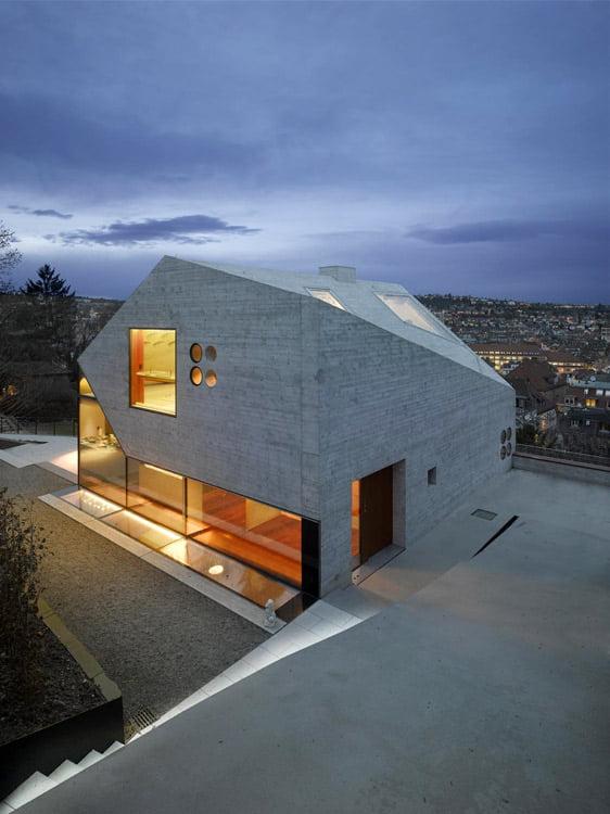"""Sprendimas stogui ir fasadui naudoti identišką medžiagą priklauso nuo architekto idėjos, užsakovo programos ir konteksto. """"Matthias Bauer Associates"""" nuotr."""