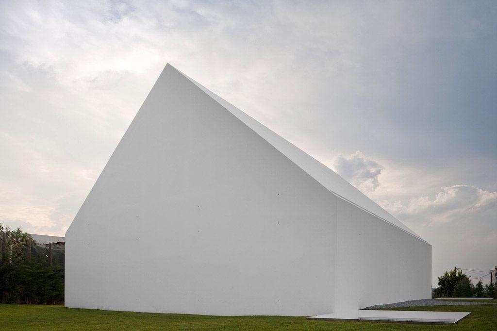 """Šiuolaikinė architektūra siekia kuo labiau išgryninti pačią formą, neretai nebelieka ribos, kur stogas, o kur – fasadas. """"Aires Mateus"""" vizual."""