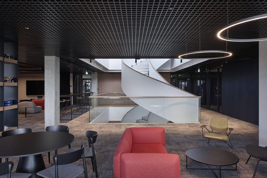 Biuro ašimi tapo tris aukštus ir terasą jungiantys skulptūriški sraigtiniai laiptai. Dariaus Petrulaičio nuotr.