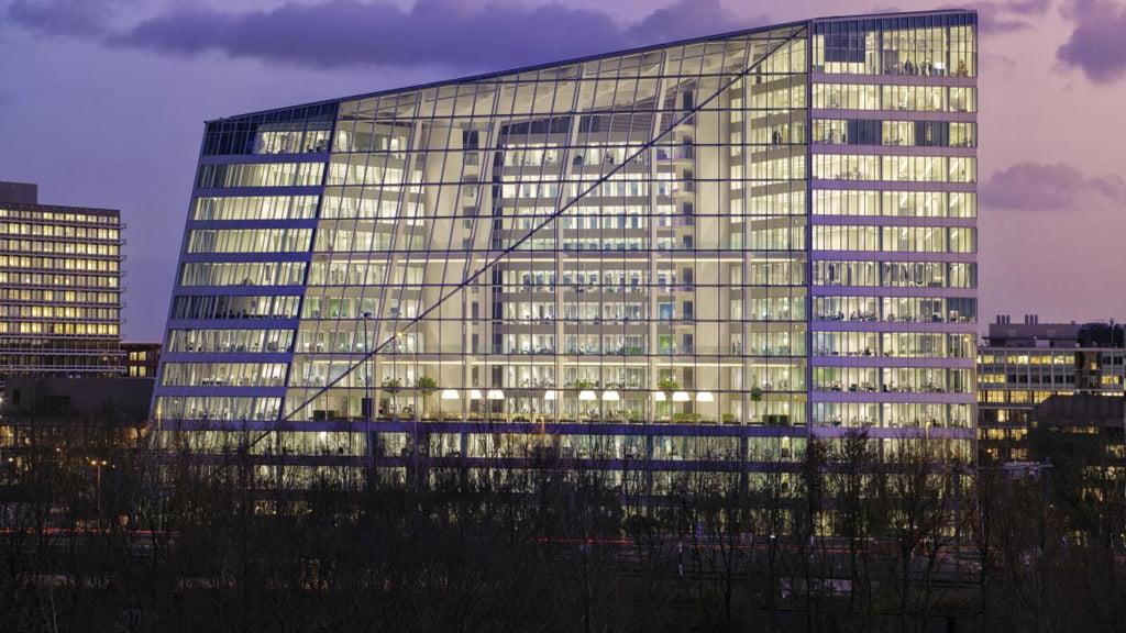 """Nyderlanduose stovi žaliausias pastatas pasaulyje """"The Edge"""", gavęs 98,4 proc. įvertinimą pagal sertifikavimo sistemą BREEAM. ovgrealestate.nl nuotr."""