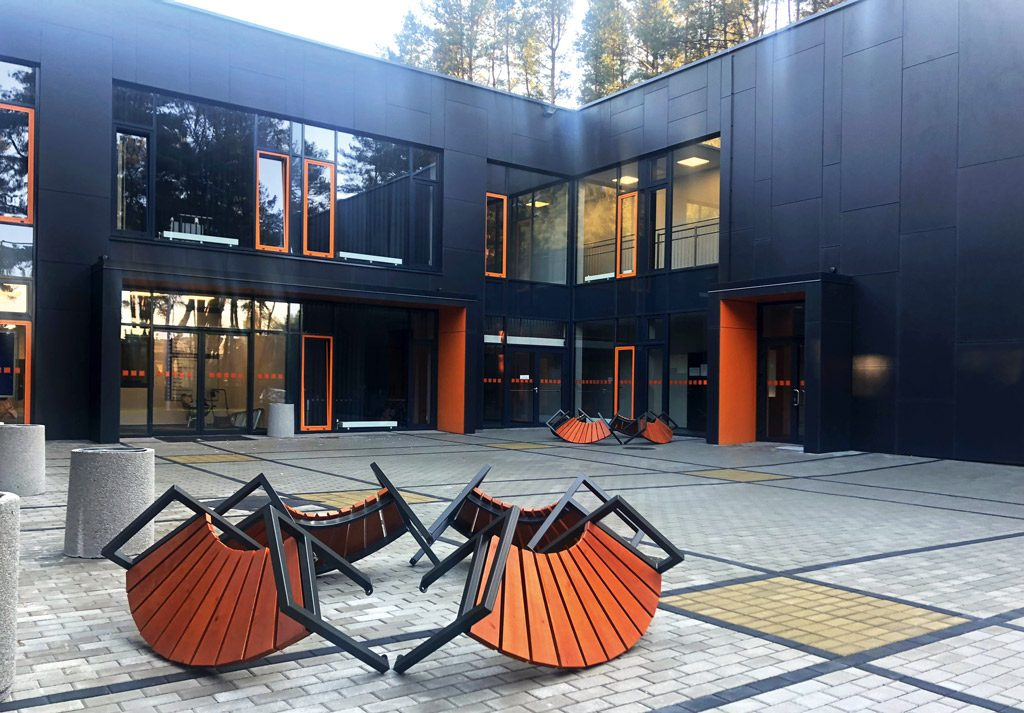 Oranžinė spalva pritaikyta langų rėmams ir durų angokraščiams. Ernestos Railės nuotr.