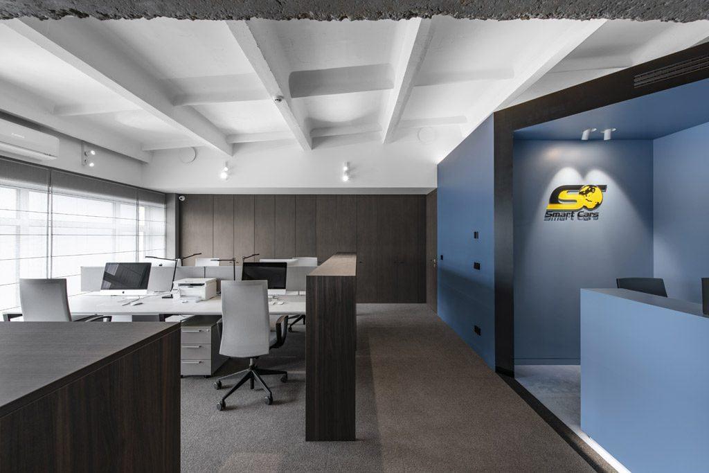 """""""Smart Cars"""" biure įrengti akcentiniai sieniniai, kryptiniai ir įdomius šviesos efektus kuriantys kabantys šviestuvai. Leono Garbačauko nuotr."""
