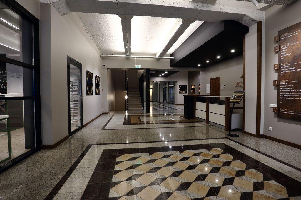 Pirmojo aukšto bendrosiose erdvėse geometriniais raštais puoštos granito grindys vienintelės atspindi art deco stiliaus prabangą ir pateisina buvusį Spaudos fondo rūmų pavadinimą. Aliaus Koroliovo nuotr.
