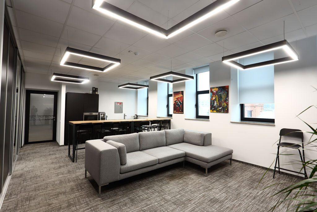 Apšvietimo priemonėmis akcentuojamos ekspresyvios pastato vidaus konstrukcijos. Aliaus Koroliovo nuotr.