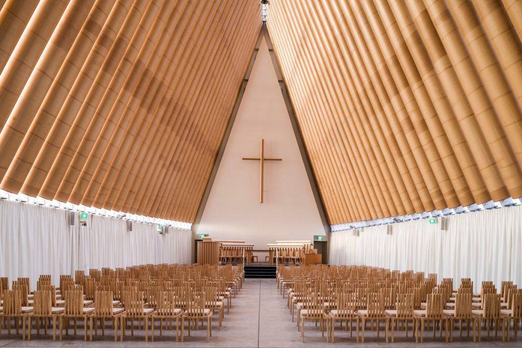 Shigeru Banas kartoną pritaikė šiuolaikinei architektūrai.