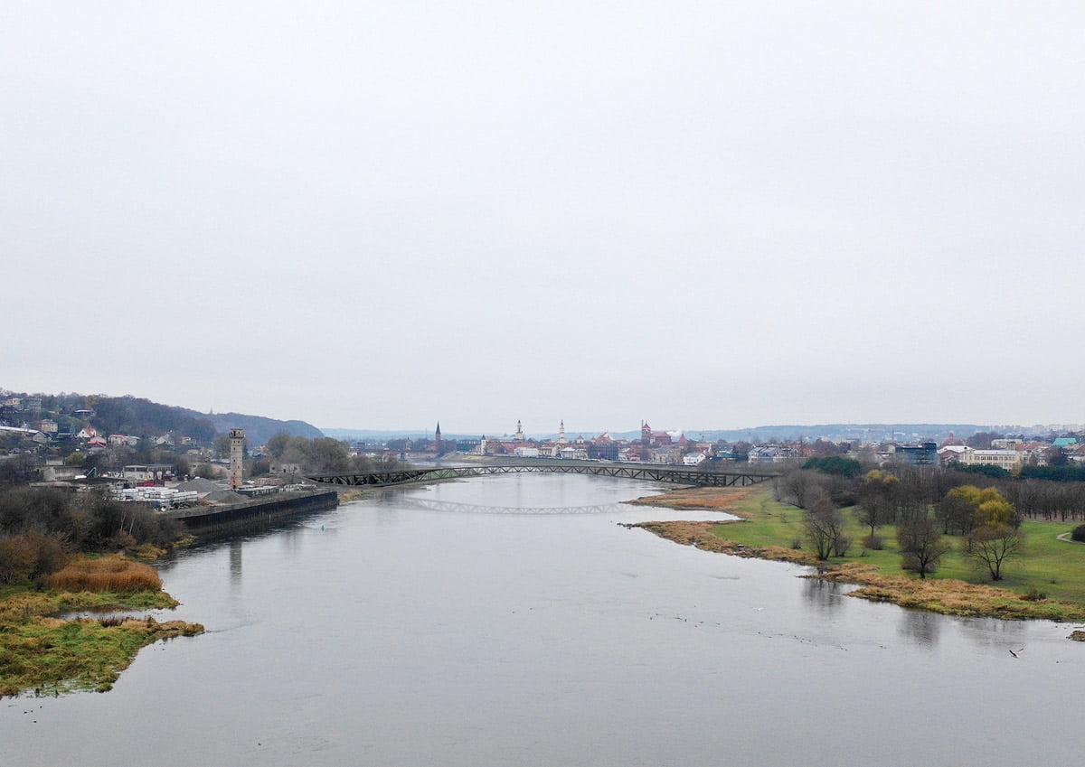 Vaizdas nuo upės vidurio link Senamiesčio. Projekto vizual.