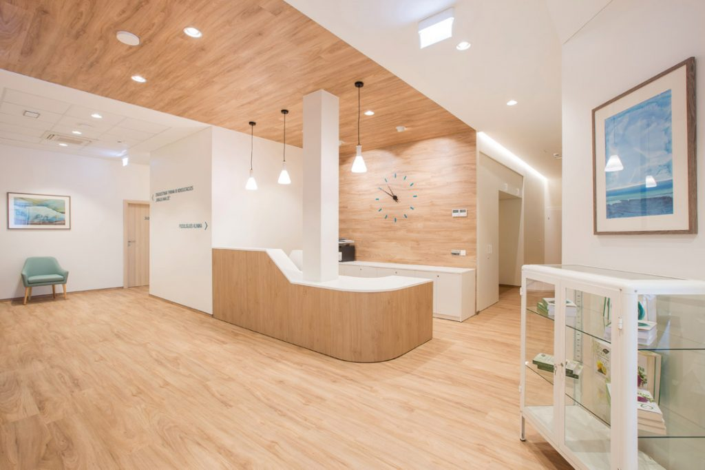 Antakalnio medicinos ir sveikatingumo centre grindų dangai vietoj parketo parinkta vinilinė danga, imituojanti medines grindis. Andriaus Stepankevičiaus nuotr.