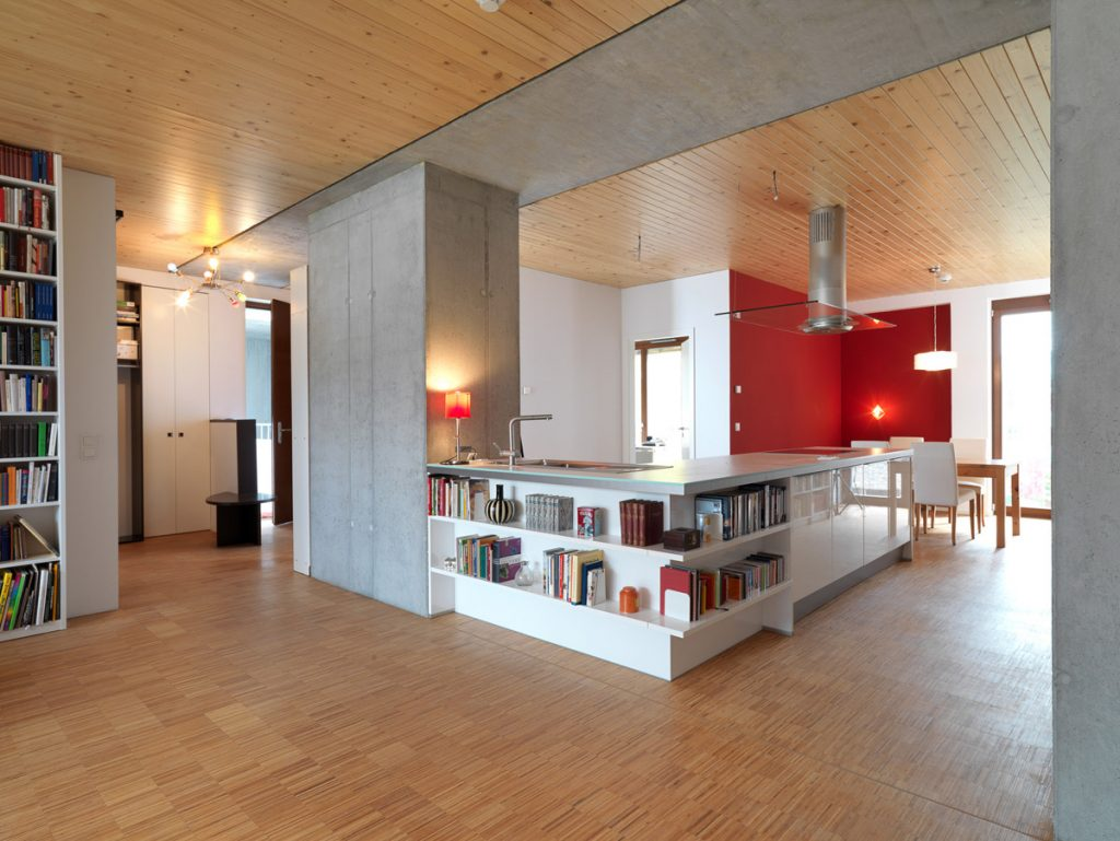 Daugiabučio e3 Berlyne interjeras – betoninės šachtos remia masyvią į perdangą integruotą betoninę siją ir sudaro galimybes laisvai suplanuoti patalpą.