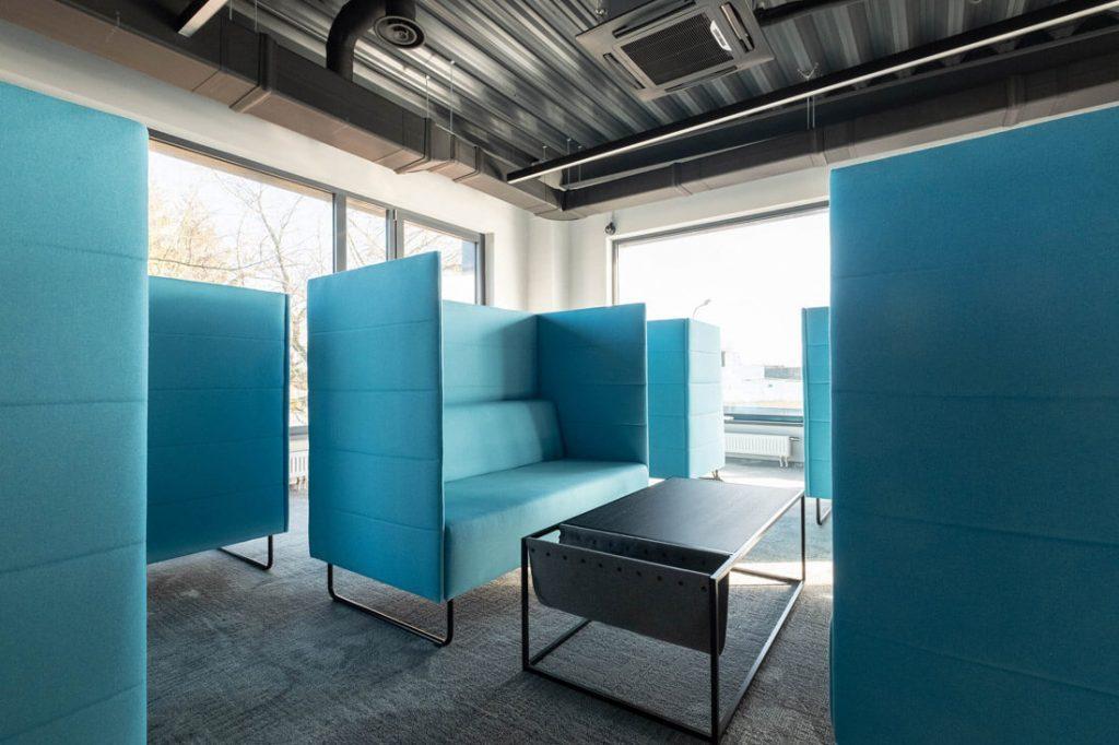 Pokalbių kambariuose ypač didelis dėmesys skirtas akustikai, čia garsą sugeria minkštieji baldai ir sienų apdaila. Artūro Butos nuotr.