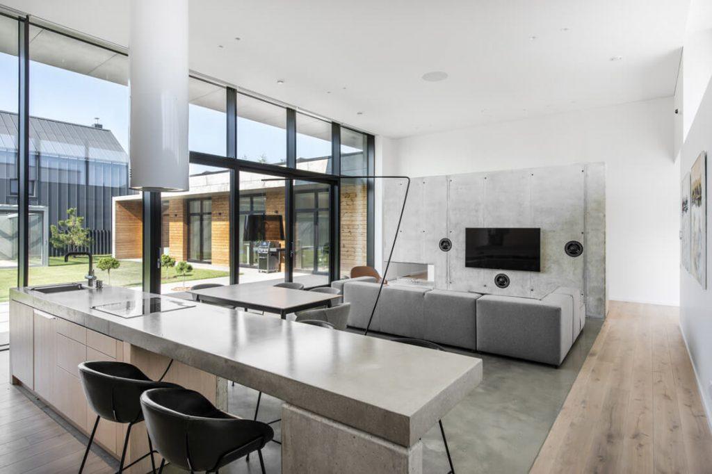 Panaudojus medį, betonas šio namo interjere atrodo itin estetiškai. Leono Garbačausko nuotr.