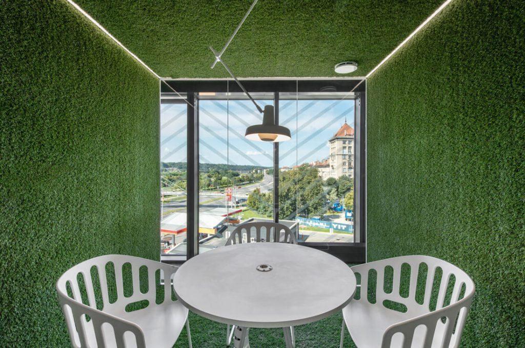 Žaliąją veją primenanti grindų danga panaudota ir sienoms. Leono Garbačausko nuotr.