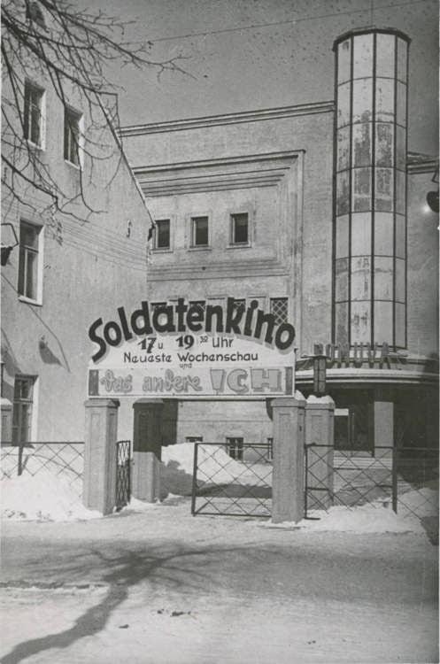 """Senose fotografijose ant pastato fasado puikuojasi užrašas """"Soldatenkino"""". Nuotraukos autorius nežinomas."""