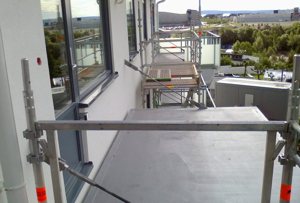 Pakabinama balkono plokštė metaliniu cinkuotu karkasu.