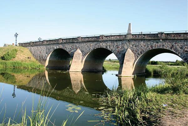 Rekonstruotas arkinis tiltas per Abavos upę Latvijoje (4a pav.).
