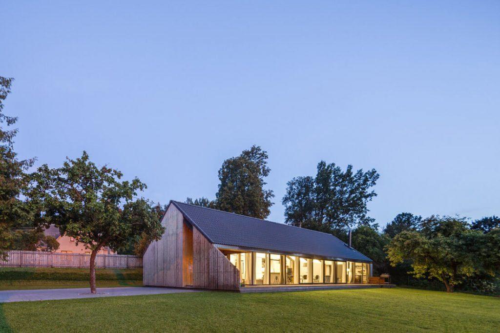 Namas Pavilnyje, kur mediena naudojama fasadų, terasos ir tvoros apdailai. Norbert Tukaj nuotr.