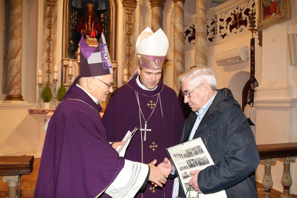 Už Daujėnų bažnyčios atgimimą dr. P. Kizniui įteikta paties popiežiaus Pranciškaus padėka drauge su apaštaliniu palaiminimu.