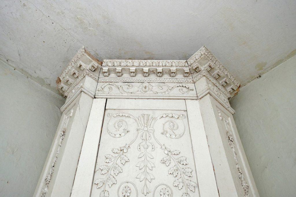 Diktariškių dvaro didybę mena baltų koklių krosnis – vienintelė likusi iš 15-kos.