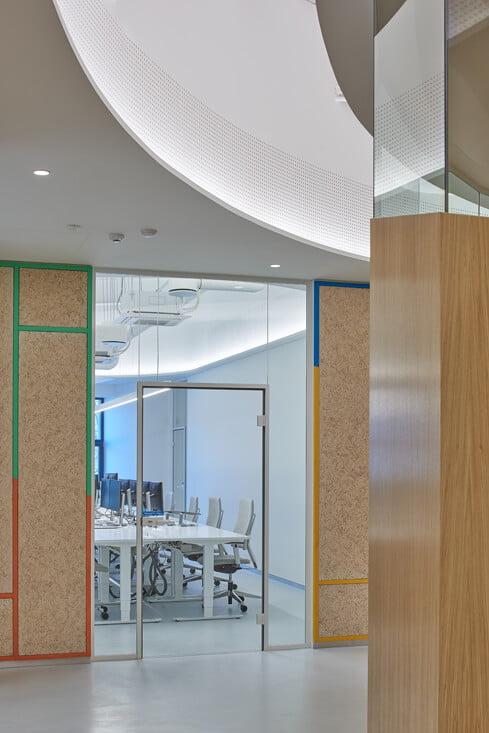 Kiekvienoje darbo erdvėje įrengtos specialios sienelės, skirtos darbo ir laisvalaikio komunikacijai tarp darbuotojų bei jų asmeninių pasiekimų ekspozicijai. Dariaus Petrulaičio nuotr.