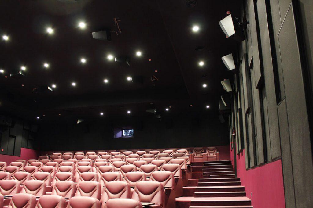 """""""Falcon Club Cinema Boutique"""" salė su """"Dolby Atmos"""" garso sistema."""