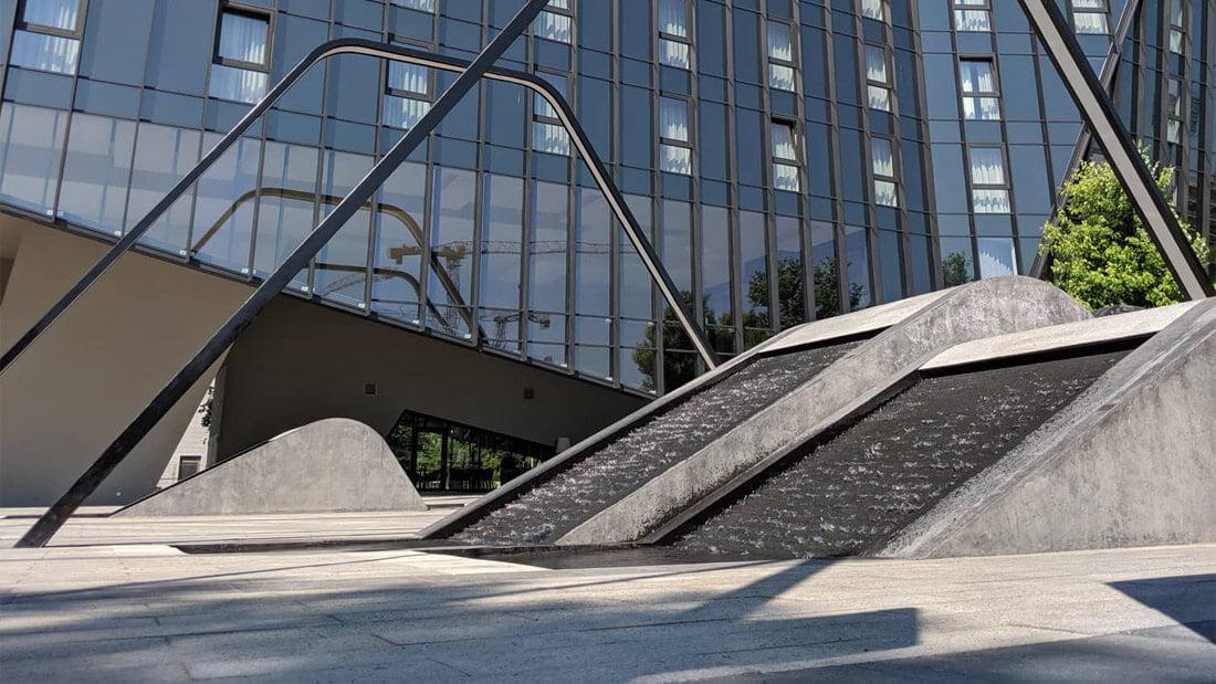 """Kaskadiniai fontanai, """"Business Stadium"""""""