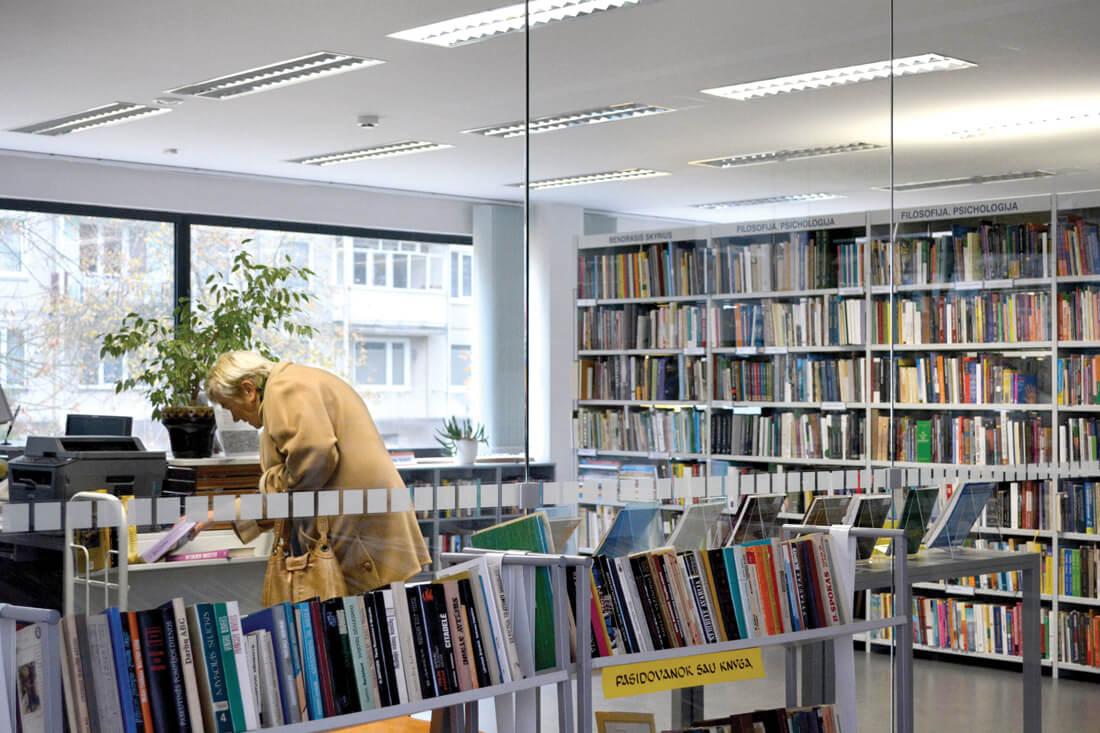 Elektrėnų biblioteka užima stačiakampį gretasienį Kultūros centro priestatą, pastatytą 2007-aisiais.