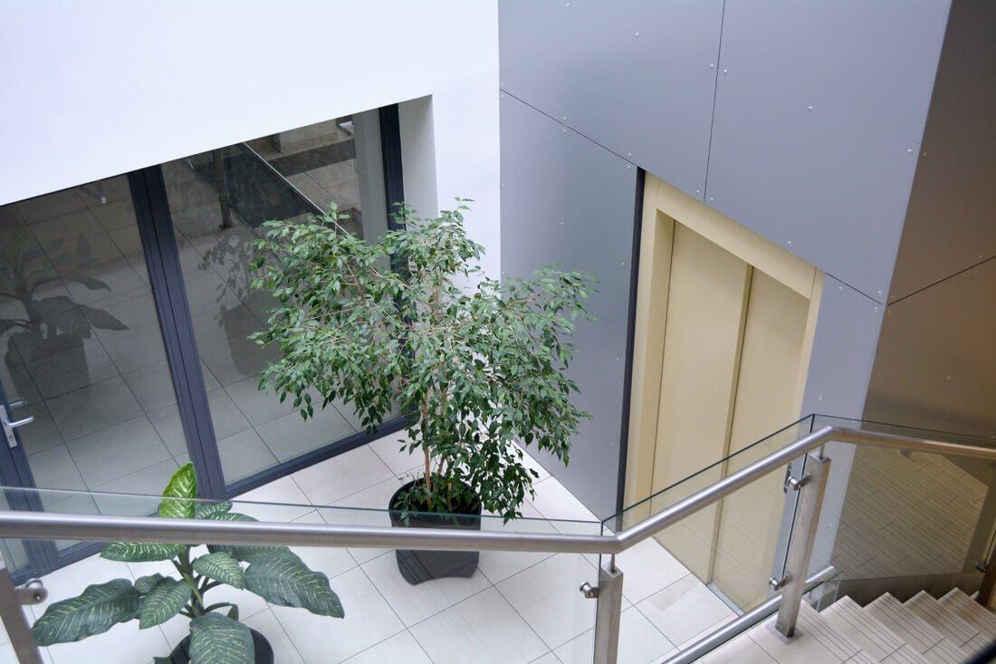 Pakibę laiptai Elektėnų bibliotekoje suteikia šiokios tokios dinamikos ir formuoja erdvinius ryšius.
