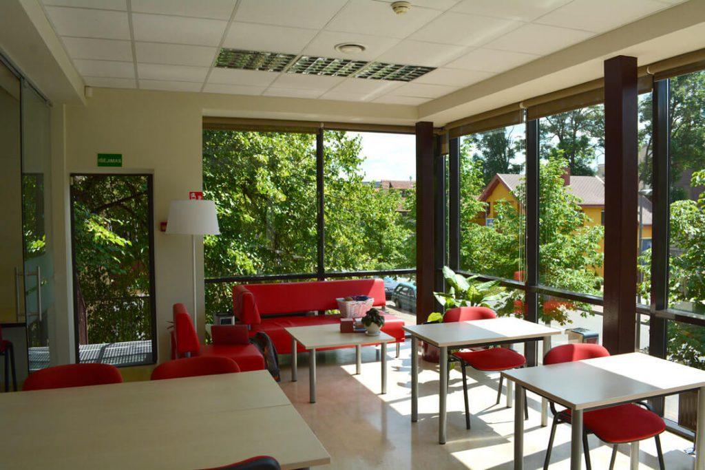 Vaikų ir jaunimo skaityklos erdvė Birštono bibliotekoje baldais suskirstyta į smulkesnes zonas.
