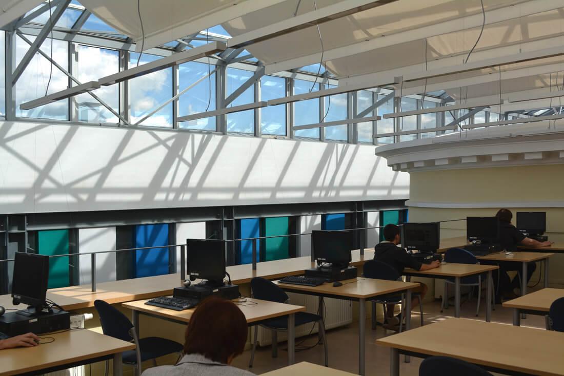 Panevėžio bibliotekoje šviesa patenka ne tik pro langus, bet ir pro senąjį ir naująjį korpusus jungiantį stiklinį stogą.