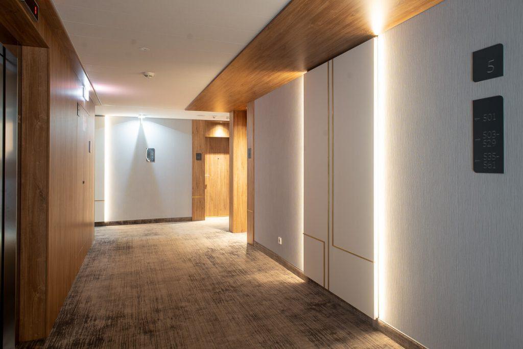 """Koridorių interjerui papildyti ir patvarioms sienoms buvo pasirinkta jaukumo suteikianti """"Lakar"""" vinilinių sienų dangų kolekcija. Subtilus dizainas, matinis sienų dangos paviršius puikiai įsiliejo į bendrą interjero koncepciją. Evgenios Levin nuotr."""