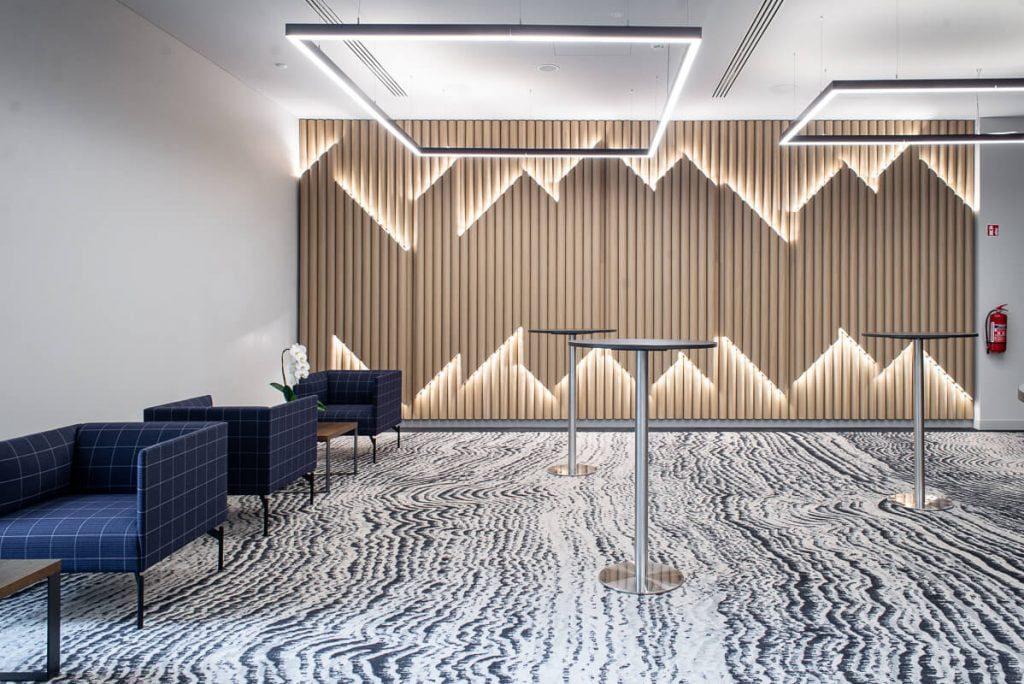 """Ąžuolinių vamzdelių instaliaciją konferencijų laukiamajame architektės pavadino """"skudučiais"""". Evgenios Levin nuotr."""