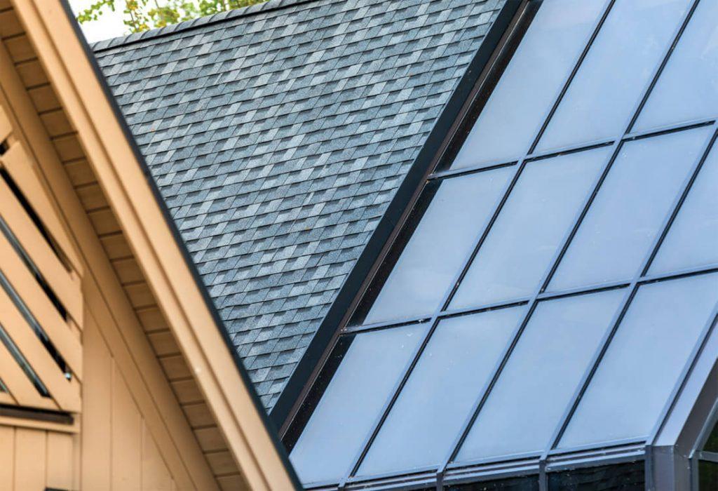 Sudėtingos geometrijos stogo danga – bituminių čerpių.