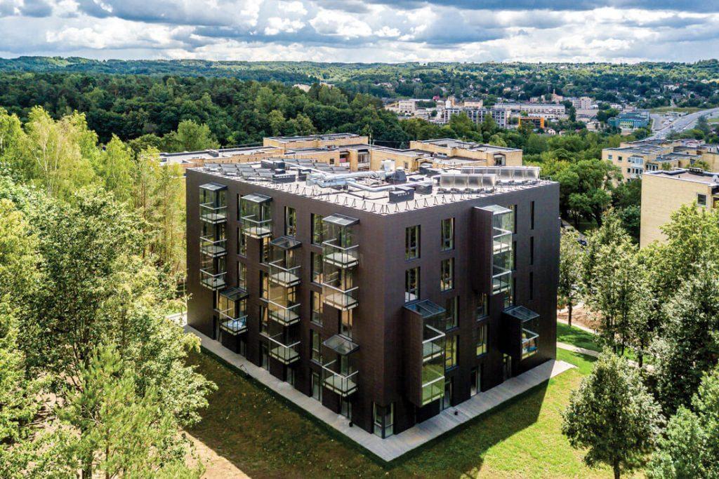 Name suprojektuoti erdvūs 4 kv. m dydžio balkonai-lodžijos. Beno Šileikos nuotr.