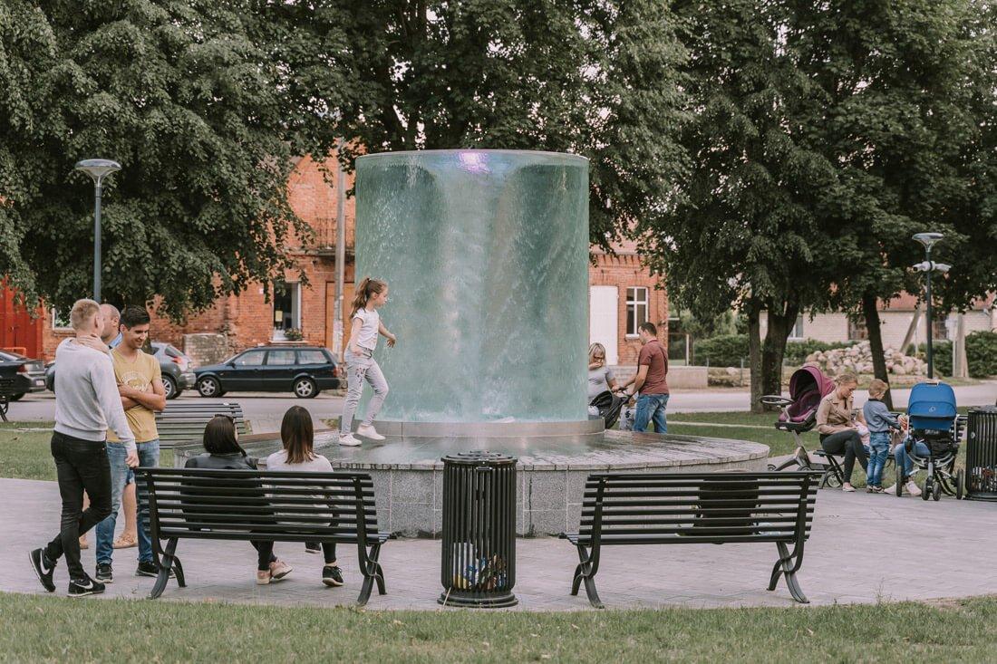 """Vandens verpetas fontano kolboje susidaro dėl gravitacijos poveikio ir keleto vandens srovių susidūrimo, tokiu būdu vanduo išjudinamas aplink horizontalią ašį. """"Poolservice"""" nuotr."""