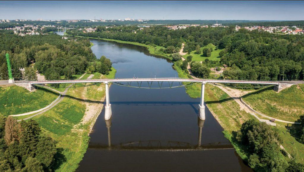"""Baltosios rožės tiltas Alytuje. Statytojas: Alytaus miesto savivaldybė, projektuotojas: """"TEC Infrastructure"""". Statinio konstrukcijų dalies vadovas – Vilius Karieta."""