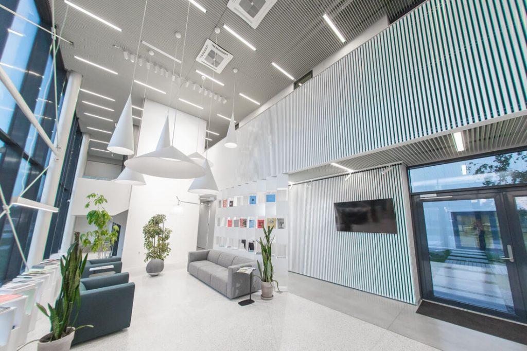 Biuras sudalytas į dvi dalis: viena skirta administracijos, dizaino ir pardavimo skyriui, antroji – gamybos. Andriaus Lauciaus nuotr.