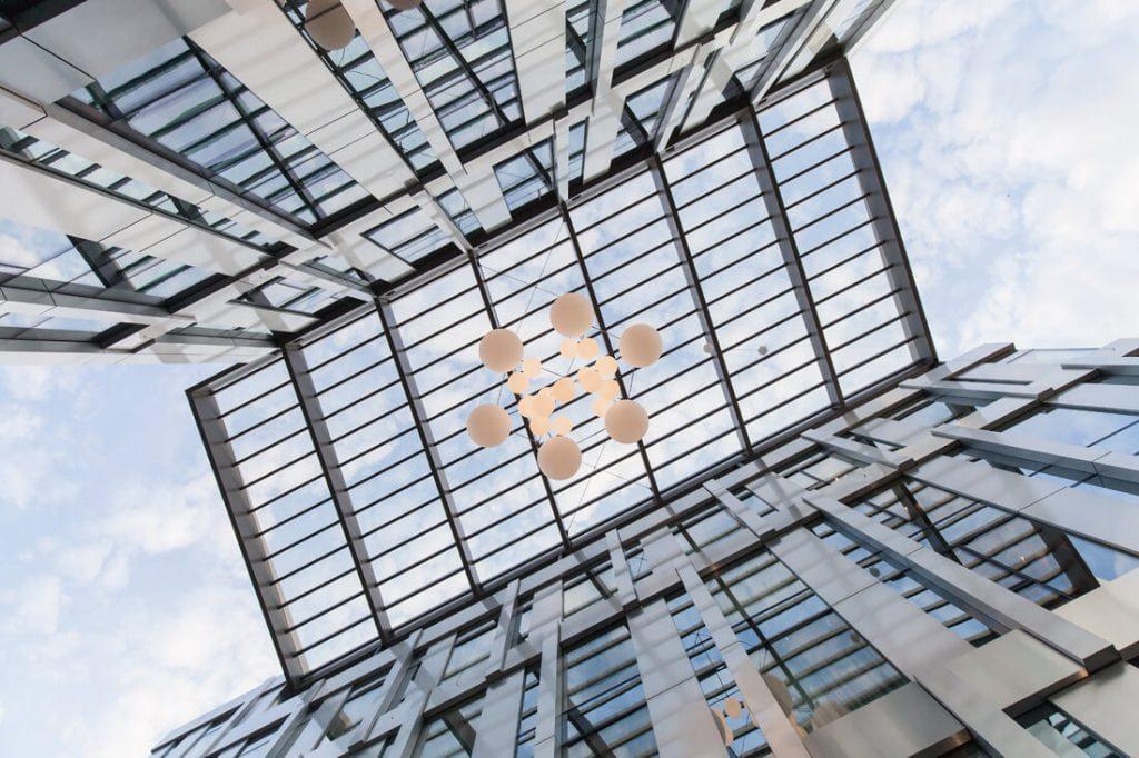 Buvo suprojektuota Dainavos ir Kudirkos gatves jungianti šviesi atrijaus erdvė.