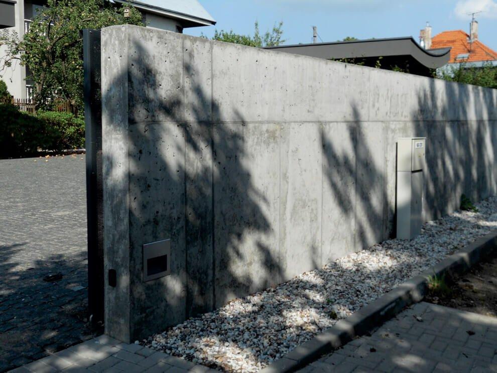 Betoninė tvora Kaune. Monolitinis betonas be pigment ir specialios paviršiaus apdailos. G. Skripkiūno nuotr.