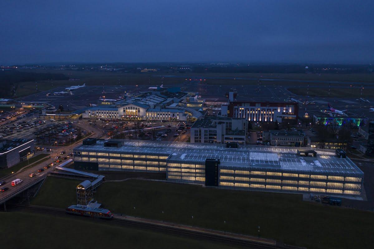 Daugiafunkcė automobilių stovėjimo aikštelė prie Vilniaus oro uosto.