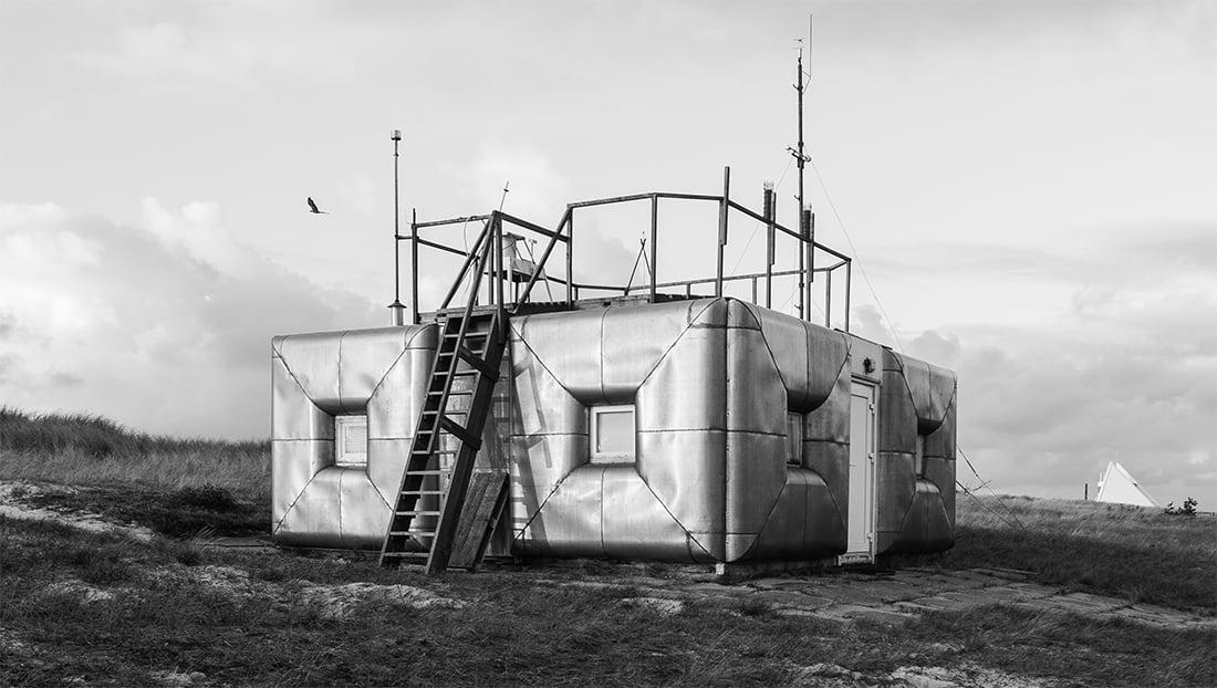 Preilos Aplinkos užterštumo tyrimų stotis ir Neringos architektūros gidas (Norbert Tukaj nuotr.)