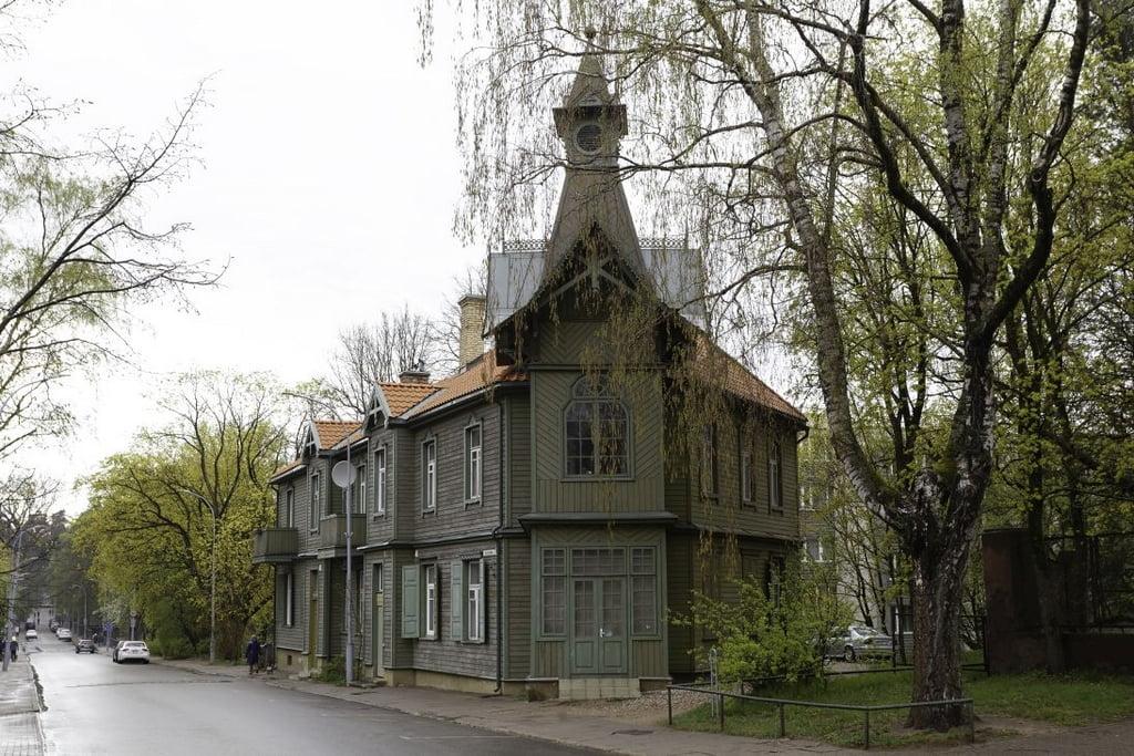 Medinis namas Vilniuje, M.K.Čiurlionio g. 33. Povilo Jarmalos nuotrauka.