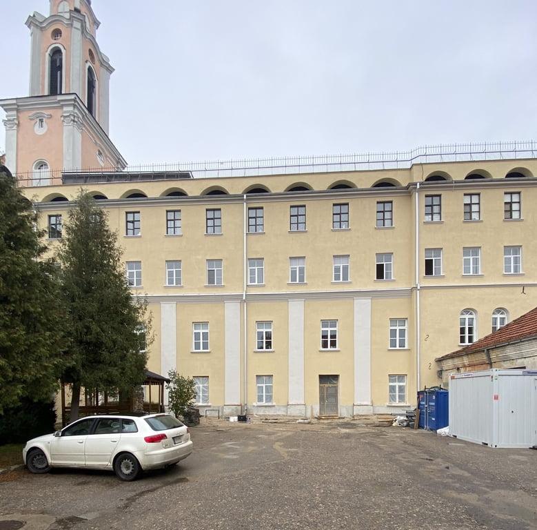 Kauno jėzuitų vienuolyno komplekso namas prasidėjus restauravimo darbams baigiantis.