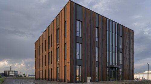 """Pirmasis Lietuvoje medinių konstrukcijų administracinis pastatas (3 aukštų, 1.500 kv. m.) iškilo šių metų pradžioje, Kaune. """"Ecodomus"""" nuotr."""