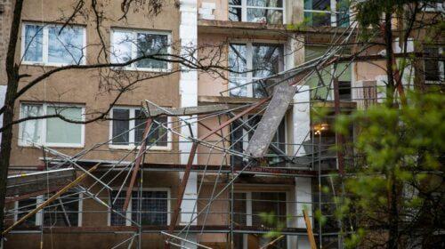 Gegužės pradžioje sostinės Antakalnio rajone nuo renovuojamo daugiabučio vėjas nuplėšė pastolius (BNS nuotr.)