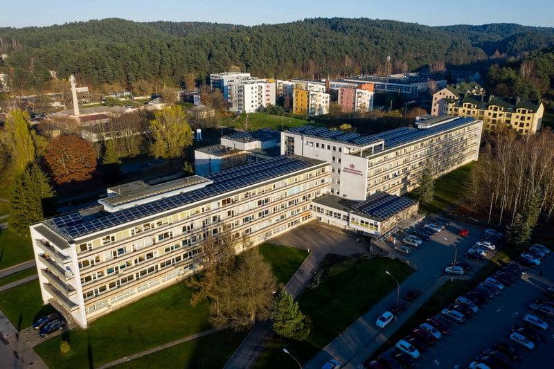 Vilniaus miesto klinikinė ligoninė, Vilniaus klinikinė ligoninė, Vilniaus miesto klinikinės ligoninės pastatas, pastatas, dronas, saules jegaines, ant stogo