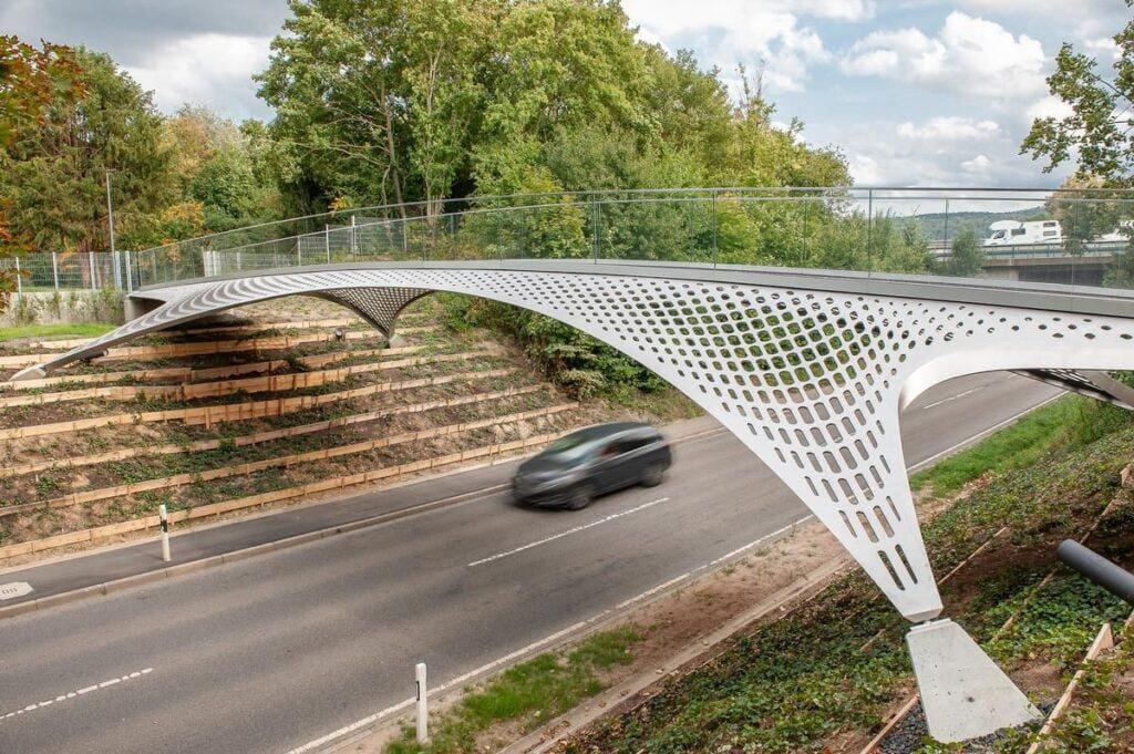 Kevalinis (erdvinis) nerūdijančiojo plieno tiltas Dicingene.