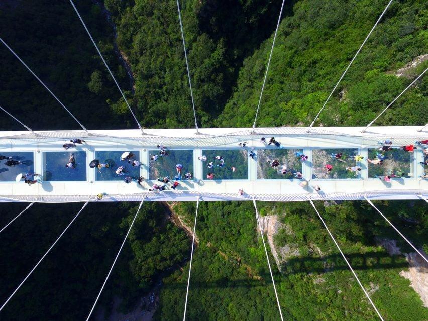 Kabamasis tiltas (Zhangjiajie Glass Bridge) Kinijoje.